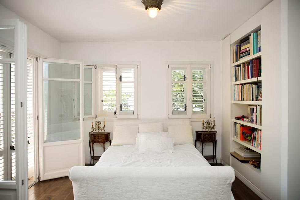 """""""הבית מאוד משקף את האישיות שלי, ואת המקום ממנו באתי"""". חדר השינה (צילום: ענבל מרמרי)"""