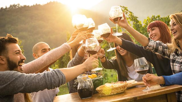 גם מפלט מהלחץ המשפחתי, וגם אפשרות נעימה למציאת אהבה. ארוחת חברים (צילום: Shutterstock)