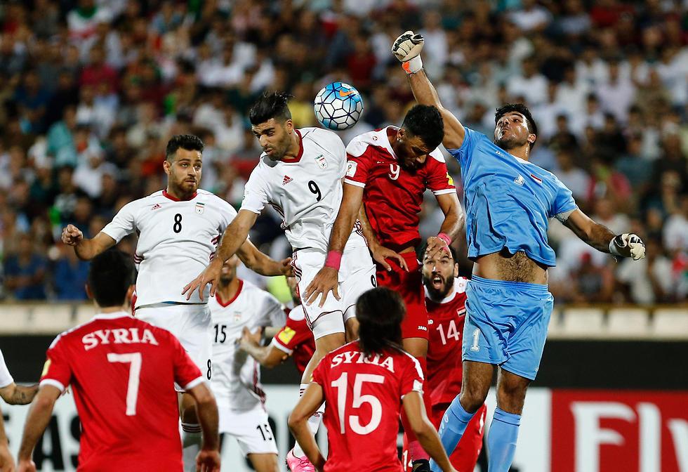 אל סומה בפעולה מול איראן במשחק האחרון במוקדמות (צילום: EPA)