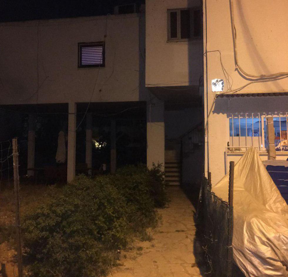 דלת הדירה בצפון תל אביב ניזוקה. אין נפגעים (צילום: דוברות המשטרה)