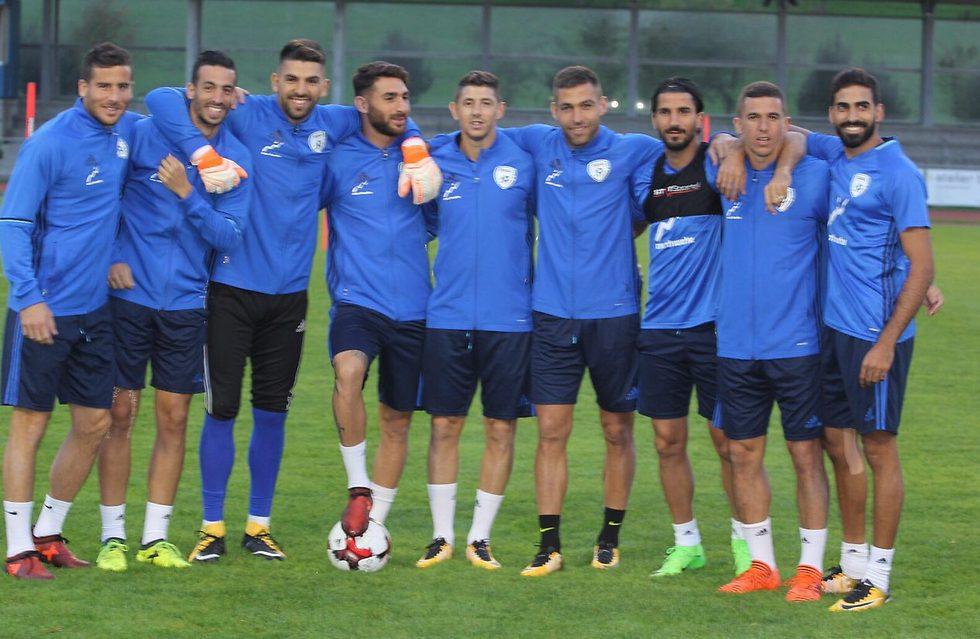 חיוכים באימון הנבחרת בשווייץ (צילום: איתן דותן, ההתאחדות לכדורגל)