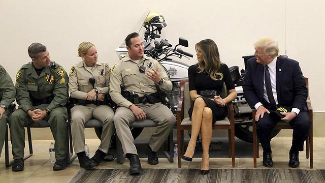 דונלד ומלניה טראמפ במפגש עם שוטרים בלאס וגאס (צילום: EPA)