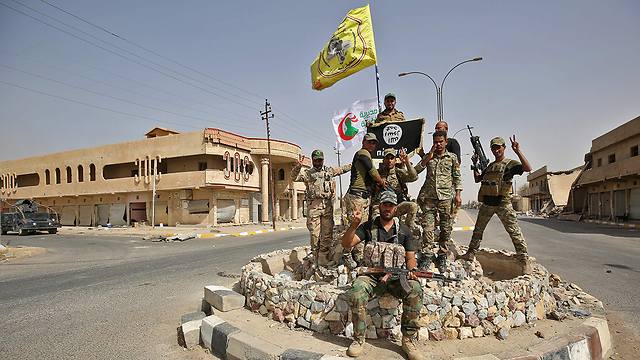 Iraqi soldiers celebrate after liberating the town of Hawija from ISIS forces (Photo: AFP)