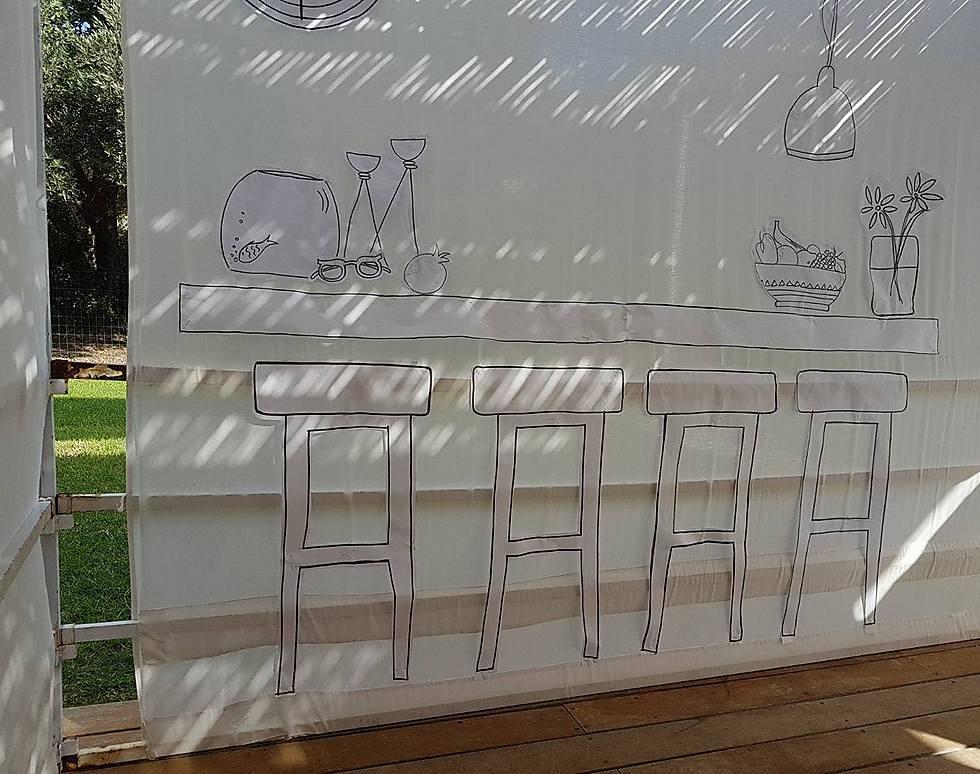 משפחת זליגר מרמת הגולן נתנה פרשנות מצויירת ויצירתית לציווי בגמרא: יעשה אדם ביתו עראי וסוכתו קבע
