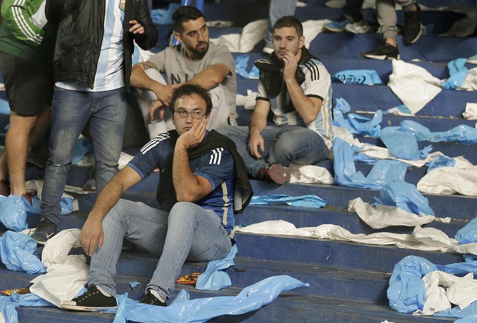 האוהדים בארגנטינה מתקשים לעכל (צילום: AP) (צילום: AP)