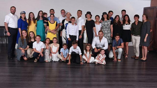 ראובן שמרלינג עם משפחתו (מהאלבום המשפחתי)