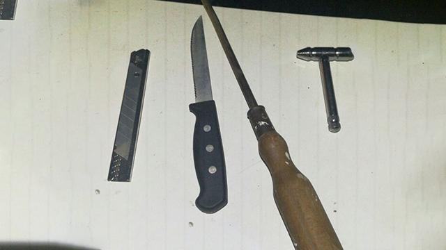 כלי תקיפה שנתפסו אצל נערים באזור השרון (צילום: דוברות המשטרה)