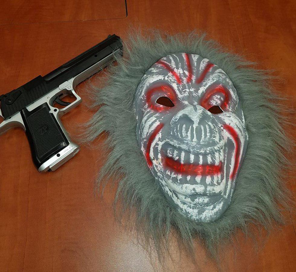 מסכה ואקדח צעצוע שנתפסו אצל נער בנצרת עילית (צילום: דוברות המשטרה)