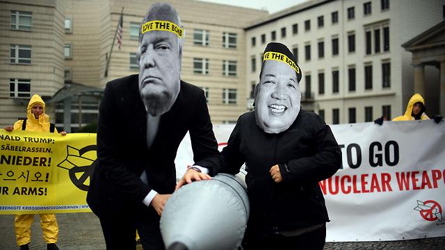 מחאה של ארגון ICAN נגד טראמפ וקים (צילום: AFP) (צילום: AFP)