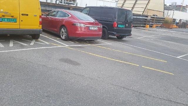 מכונית טסלה אדומה. עידוד לכלי רכב חשמליים (צילום: ירון דרוקמן)