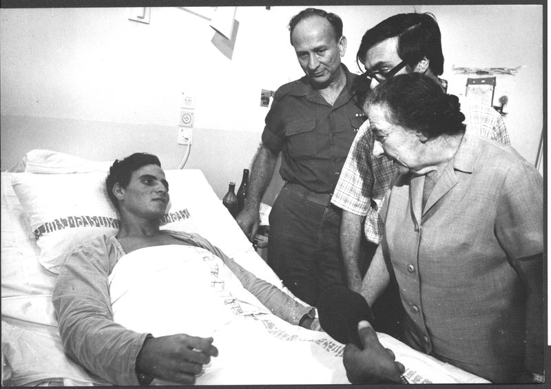 Голда Меир у постели раненого. Фото: пресс-служба ЦАХАЛа