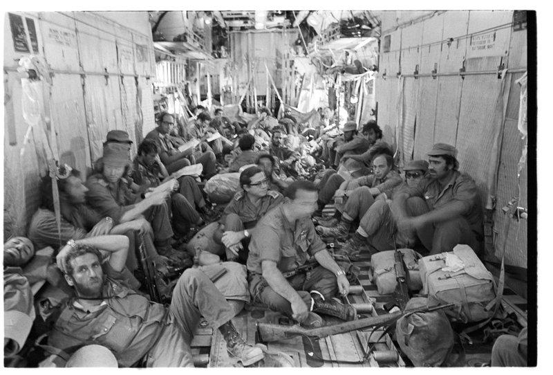 Солдаты в самолете доставляются на линию фронта. Фото: Давид Рубингер