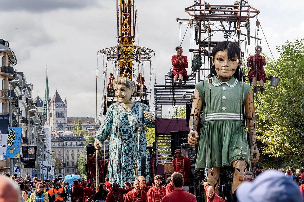 בובות ענק במצעד שבמרכזו תיאטרון רחוב. ז'נבה, שווייץ (צילום: EPA)