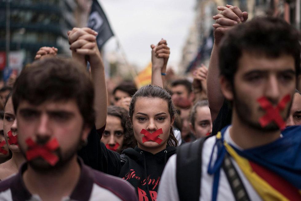 תומכים בעצמאות קטלוניה מפגינים על רקע משאל העם, ספרד (צילום: AP)