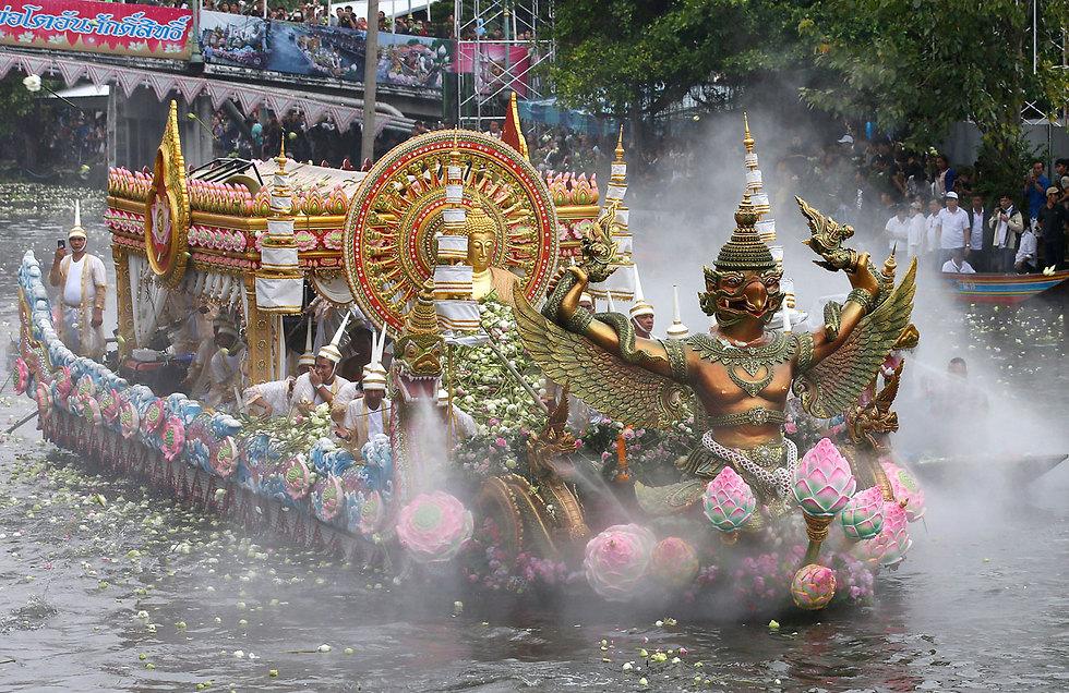 סירות מעוטרות בפסטיבל פרח הלוטוס בפרברי בנגקוק, תאילנד (צילום: EPA)