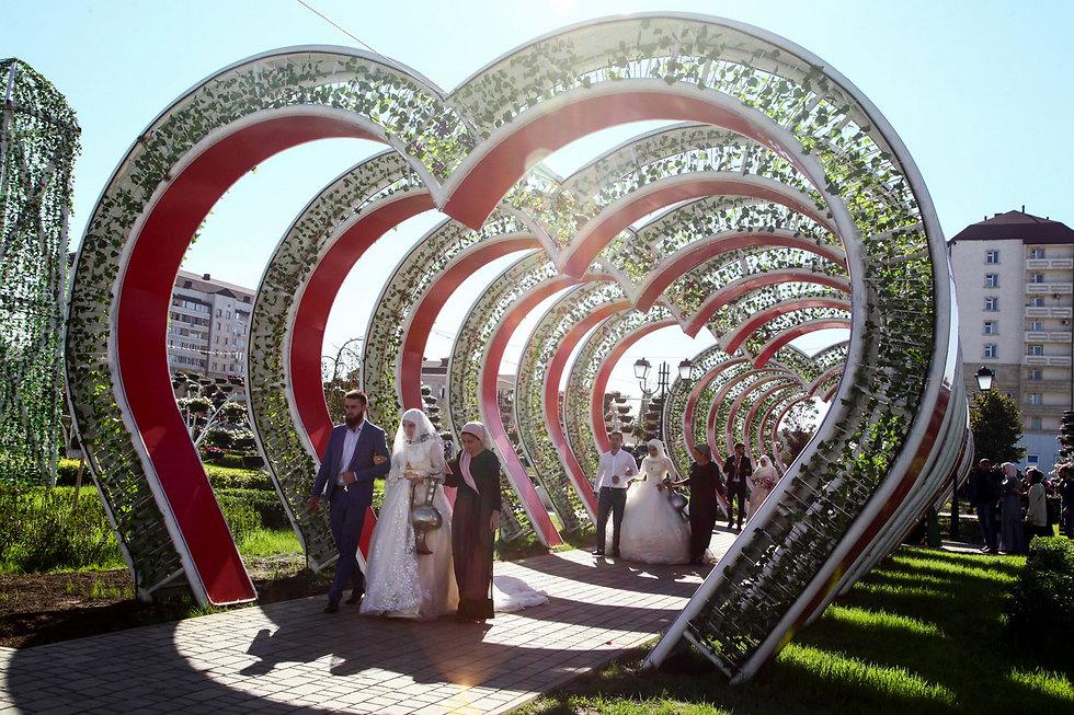 נשואים טריים בפארק הפרחים בגרוזני, צ'צ'ניה (צילום: AP)