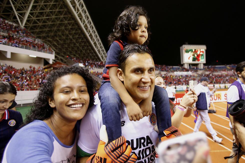 קיילור נבאס עם המשפחה (צילום: AP) (צילום: AP)
