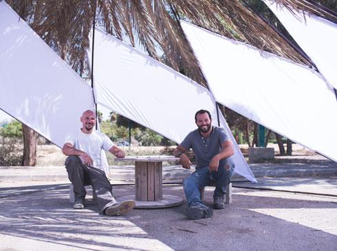 האדריכל דניאל סינגר (משמאל. לימינו המעצב דוד פינטו) בסוכה באגם ירוחם. הוא ואשתו קרן סינגר באו לכאן לפני שנתיים, והיא אירגנה את אתגר סוכות (צילום: רן עזרא)
