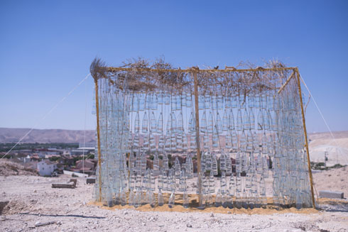 הסוכה מקומית פעמיים: הבקבוקים עשויים מחול ומיוצרים כאן (צילום: רן עזרא)