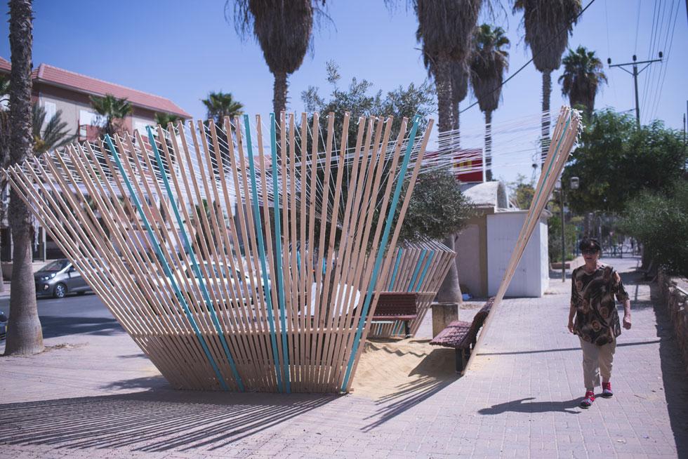 הקיוסק של צוציק הוא מקום מפורסם בירוחם. שלושה ספסלים לוכדו לסוכה אינטימית (צילום: רן עזרא)