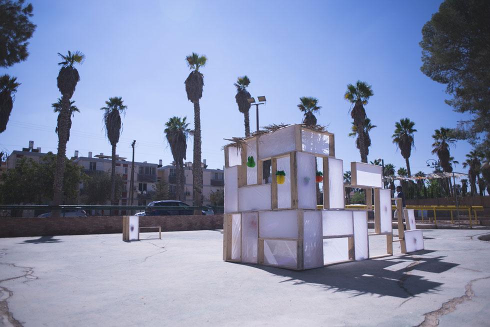 הסוכה המודולרית בסגנון ''לגו'', שמחזקת את החיים ברחוב שממעטים לעצור בו, עם הזמנה להיכנס ולשהות (צילום: רן עזרא)