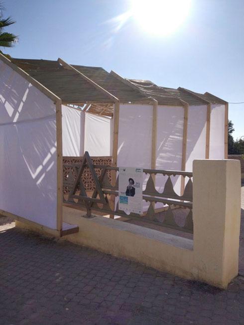 מחווה לבית הכנסת, בצניעות שמזכירה את ראשית ימי היישוב (צילום: רן עזרא)