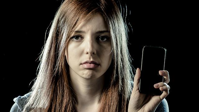 תפסיקי לנתח כל הודעה שלו (צילום: Shutterstock) (צילום: Shutterstock)