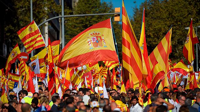 מתנגדי העצמאות בהפגנתם ביום ראשון. לפי הסקרים - יש להם רוב (צילום: AFP)