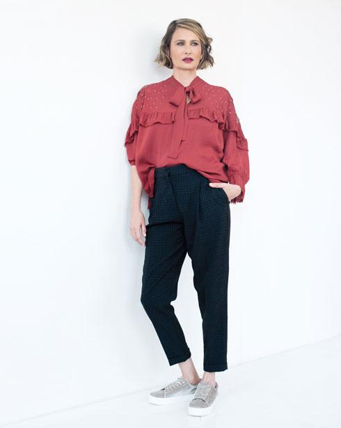 חולצה, 698 שקל, סאקס. מכנסיים, 130 שקל, H&M. נעליים, 159 שקל, H&M (צילום: עדו לביא, סטיילינג: תמי ארד־ברקאי)