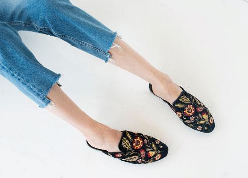 נעליים, 300 שקל, מנגו. ג'ינס, 229 שקל, H&M  (צילום: עדו לביא, סטיילינג: תמי ארד־ברקאי)