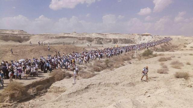 The women's march passing through the Dead Sea (Photo: Women Wage Peace)