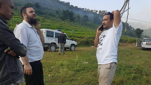 """משמאל: שליח חב""""ד חזקי ליפשיץ. מימין: אבי סובדי מפלייאיסט (צילום: פלייאיסט נפאל)"""
