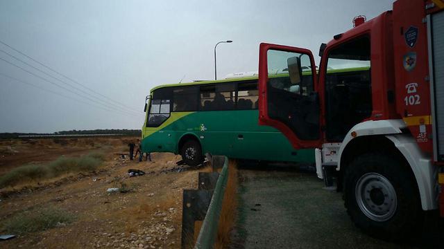 צוותי כיבוי והצלה ליד האוטובוס שנפגע בתאונה (צילום: ארז כפיר TPS)