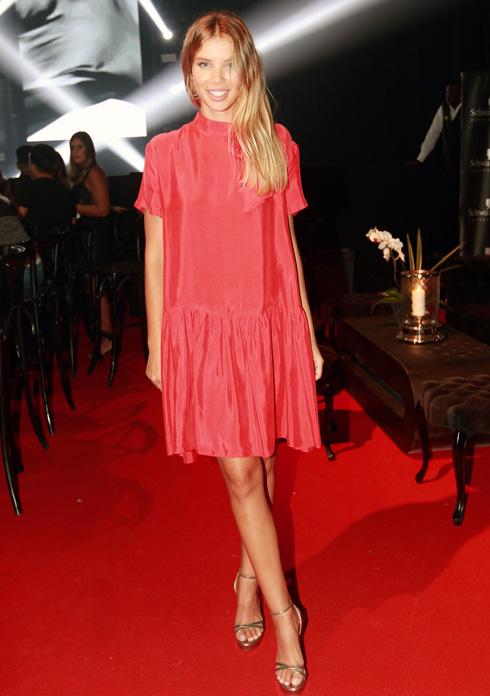 השמלה של לירן כוהנר חיננית במיוחד, אבל אחרי שראינו את הסנדלים הוורודים של גלית גוטמן, הזהובים שבחרת מחווירים. סורי (צילום: ענת מוסברג)