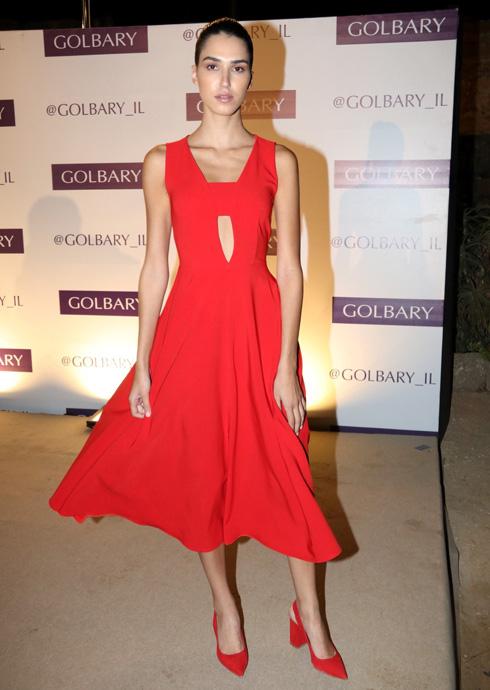 קאט–אאוט בשמלה אדומה מבד במראה לא מאוד משובח הוא מתכון לאסון, אבל כשאת מלכת היופי רתם רבי, זה איכשהו עובר בסדר  (צילום: ניר פקין)