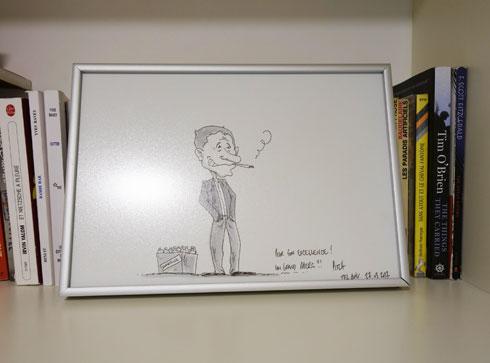 קריקטורה של השגריר, על אחד ממדפי הספרים (צילום: מיכאל יעקובסון)