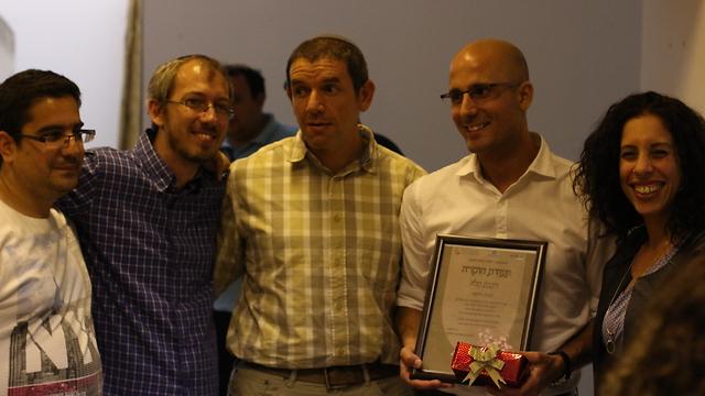 """גרינמן (שני משמאל) מעניק תעודת הוקרה למנהל בסיטיפס (צילום: באדיבות """"קלאבהאוס"""")"""