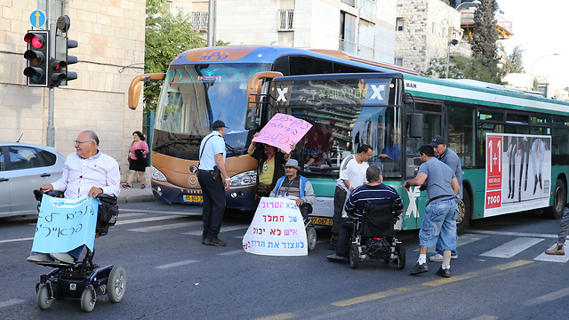 Disabled protesters blocking main road in Jerusalem (Photo: Amit Shabi)