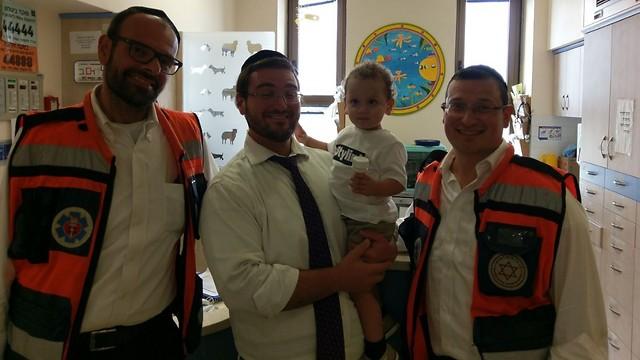 """אלחנן הקטן עם צוותי מד""""א. הגיעו לביקור בבית החולים (צילום: דוברות מד""""א)"""