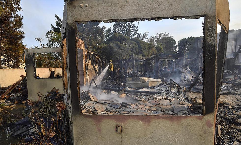 שרידי בית שנפגע בשריפה בקליפורניה (צילום: AP)