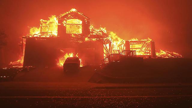 בתים עולים באש בקליפורניה (צילום: AP)
