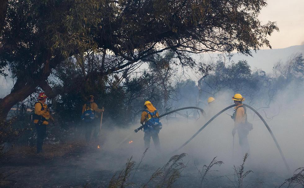 כוחות הכיבוי בפעולה. אחת השריפות הקשות שידעה קליפורניה (צילום: EPA)