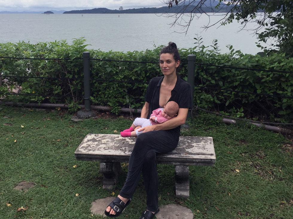 """""""נולדה תינוקת וצריך עכשיו לנשום קצת"""". גילי סער עם אנה בפנמה  (צילום: אלבום פרטי)"""