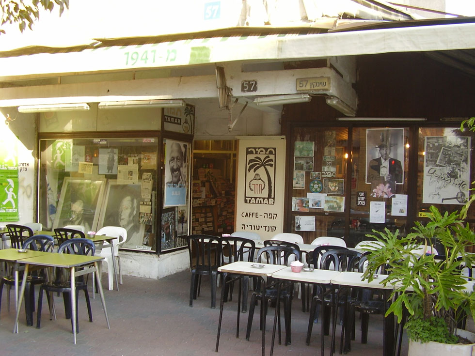 """תמונה מימיו המיתולוגיים של בית הקפה, שבמשך 74 שנות פעילותו הפך לאחד מסמלי התרבות של העיר (צילום: ד""""ר אבישי טייכר, cc)"""