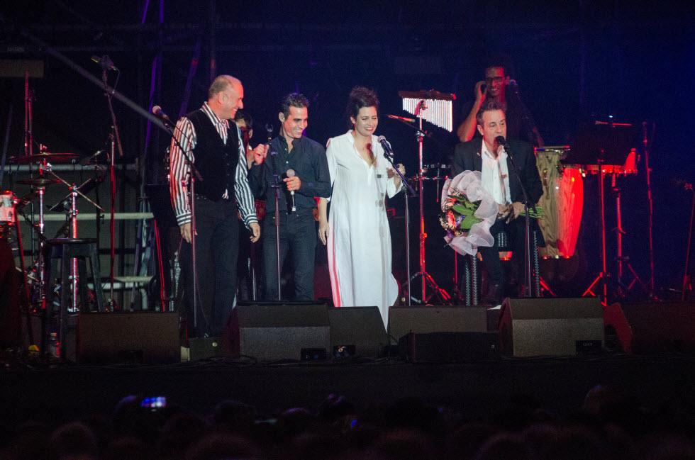 חוגגים על הבמה יום הולדת 70 ליהונתן גפן (צילום: אבי קקון)