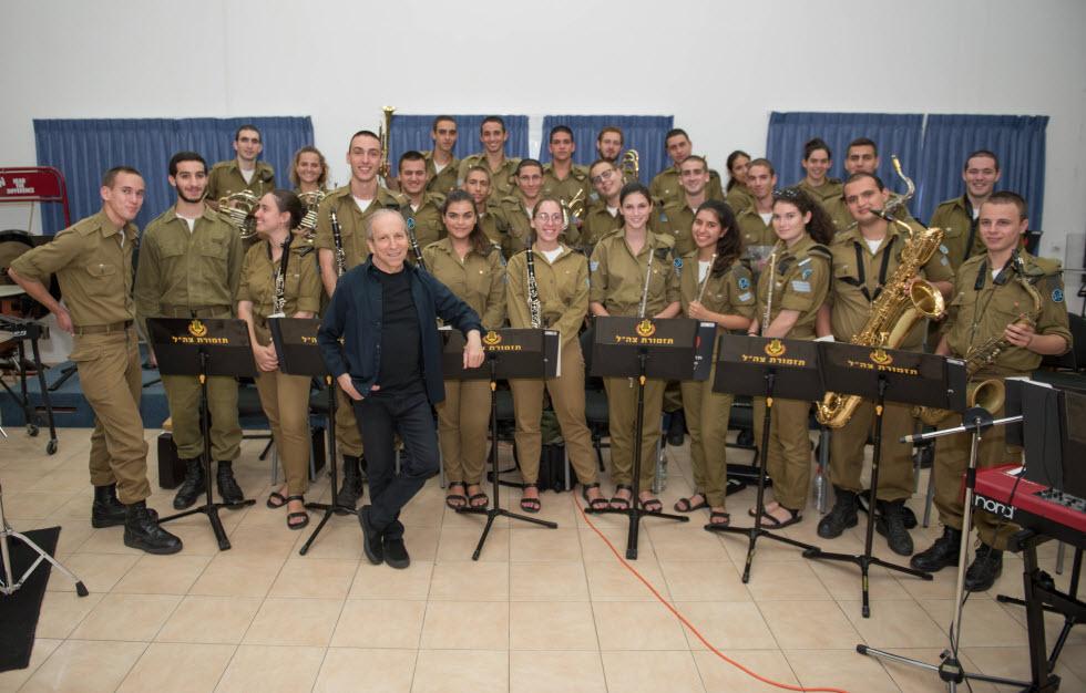 """ודני סנדרסון בהפקה מיוחדת לפסטיבל, בליווי תזמורת צה""""ל (צילום: אבי קקון)"""