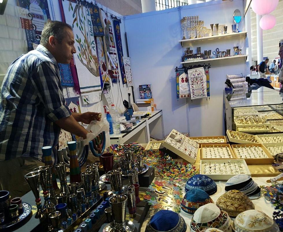 חלק מדוכני מזכרות היודאיקה מופעלים על-ידי פלסטינים ממזרח ירושלים (צילום: מירב קריסטל) (צילום: מירב קריסטל)