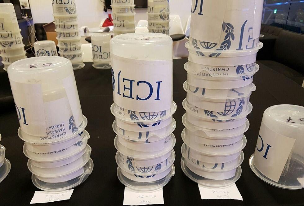 קופסאות פלסטיק לתרומות כספיות לארגון (צילום: מירב קריסטל)