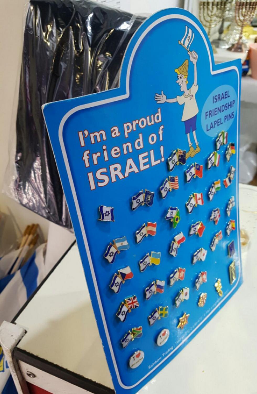 לא חוששים ללכת עם סמלים שמסגירים את תמיכתם בישראל (צילום: מירב קריסטל) (צילום: מירב קריסטל)