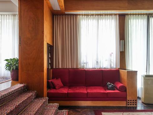 הספה הבנויה בסלון הרשמי, לצד ארון עם פריטים מיוחדים (צילום: בנימין פון ראדום)